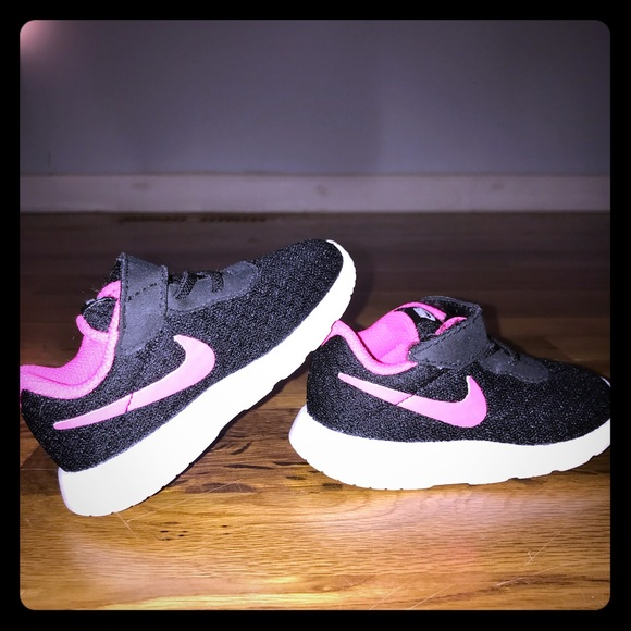 Infant size 5 Nike shoes 3cd5337ca